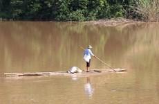 Những chiếc bè mảng đơn sơ của người dân trên hồ thủy điện Nậm Núa