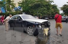 Rolls-Royce vỡ nát phần đầu sau khi va chạm với Honda CR-V