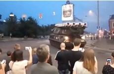 Khoảnh khắc xe chở tên lửa đâm thẳng vào trung tâm thương mại Kiev