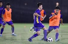 Các cầu thủ Việt Nam luyện tập trước trận gặp Olympic Bahrain