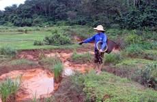 Đắk Nông: Nước màu đỏ từ nhà máy Alumin chảy ra suối Đắk Ker