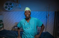 Bác sỹ Nam Sudan và phòng mổ thiếu ánh sáng nhận giải Nansen