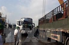 Xe tải nát đầu vì đâm phải xe rơmoóc, tài xế bị thương nặng