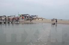 Một học sinh lớp 10 bị sóng cuốn mất tích khi tắm biển