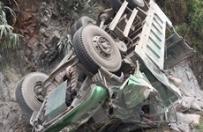 Xe tải chở ximăng đâm vào vách núi, tài xế tử vong tại chỗ