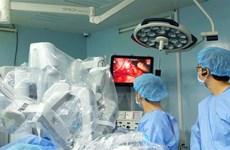 Dùng robot phẫu thuật khẩn cấp, cứu thai phụ mang song thai