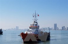 Đưa 8 thuyền viên cùng tàu cá bị hỏng máy trên biển về bờ an toàn