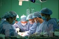 Phẫu thuật nối thành công mu bàn tay bị cưa máy cắt gần đứt lìa