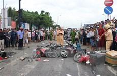 Long An: Xe đầu kéo đâm nhiều xe máy, hàng chục người thương vong