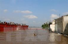 An Giang: Xe tải lao từ phà xuống sông Hậu, một người mất tích