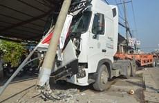 Tây Ninh: Xe cẩu vướng dây làm gẫy trụ điện, hai em nhỏ thoát nạn