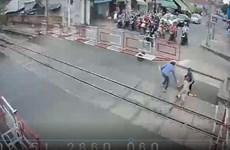 Hai nữ nhân viên gác chắn cứu bà cụ thoát chết trong tích tắc