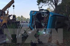 Bình Dương: Giải cứu 30 hành khách mắc kẹt trong xe gặp nạn