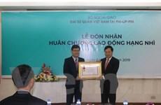 Tập thể ĐSQ Việt Nam tại Philippines đón Huân chương lao động hạng Nhì