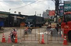 Bình Dương: Người dân hốt hoảng vì xe bồn chứa axit nitric bị rò rỉ