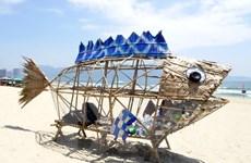 Cận cảnh cá bống khổng lồ thu gom rác thải nhựa trên bãi biển Mỹ Khê