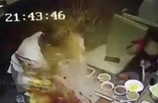 [Video] Nồi lẩu phát nổ khiến nhân viên phục vụ bỏng nặng