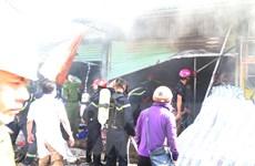 Kịp thời dập tắt đám cháy lớn tại chợ Hưng Dũng, thành phố Vinh
