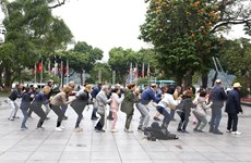 Du khách quốc tế thích thú hòa mình vào nhịp sống của người Hà Nội