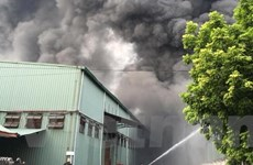Khói lửa ngùn ngụt trong vụ cháy lớn gần AEON Mall Long Biên
