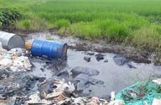 Hà Nội: Tái diễn nạn đổ trộm hóa chất độc hại trên Đại lộ Thăng Long