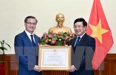 Trao Huân chương Lao động hạng Nhất tặng Đại sứ Lào tại Việt Nam