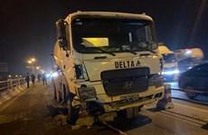 Hà Nội: Xe bồn trộn bêtông đâm nhiều xe máy trên cầu Thanh Trì