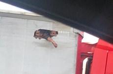 Bức ảnh chụp người di cư lậu xé bạt thùng xe tải gây sốc tại Anh