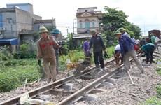 Xe ben chở cát va chạm với tàu hỏa, đường sắt Bắc-Nam gián đoạn
