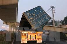 Đang xác định nguyên nhân vụ xe container kéo sập dầm cầu bộ hành