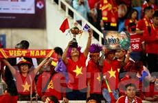 Cổ động viên vui mừng sau khi Văn Lâm cản phá thành công penalty