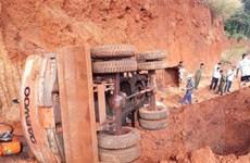 Lật máy xúc trong hầm khai thác đất, một người tử vong tại chỗ