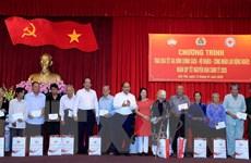 Thủ tướng trao quà Tết cho gia đình chính sách, hộ nghèo, công nhân