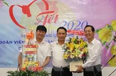 TTXVN tặng quà 'Tết sum vầy' cho người lao động tại TP.HCM