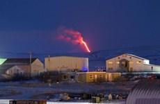 Núi lửa ở Alaska phun tro bụi dày ảnh hưởng tới giao thông hàng không