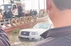 Xe 7 chỗ lao xuống sông khi đang đợi phà, một người tử vong