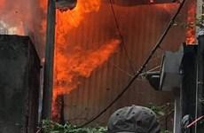 Hà Nội: Cháy xưởng gỗ rộng 100m2, nhiều tài sản bị thiêu rụi