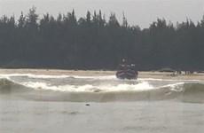 Đưa 11 ngư dân cùng tàu cá bị mắc cạn ngoài cửa biển Thuận An vào bờ