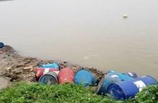 Điều tra vụ đổ trộm nhiều thùng nghi chứa hóa chất xuống sông Hồng