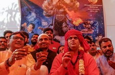 Người theo Hindu giáo ở Ấn Độ uống nước tiểu bò để chống COVID-19