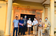 Tổng lãnh sự quán tặng khẩu trang cho bà con Việt kiều tại Campuchia