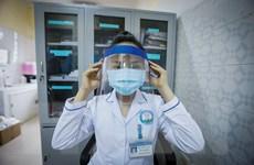 Nữ điều dưỡng tự chế mũ bảo hộ y tế ngăn giọt bắn chống dịch COVID-19