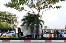 Ôtô 16 chỗ lao vào dải phân cách rồi lật nghiêng làm 4 người bị thương