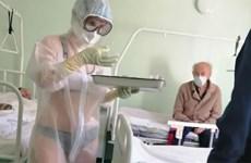 Nữ y tá bị kỷ luật vì mặc bikini bên trong bộ đồ bảo hộ trong suốt