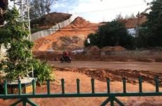 Mưa lớn gây sạt lở cát trên tuyến đường ven biển Mũi Né