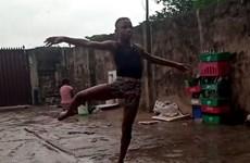 Cậu bé Nigeria giành học bổng nhờ đoạn video múa chân trần trong mưa