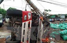 Bình Phước: Xe tải đâm gãy cột điện làm hai người thương vong