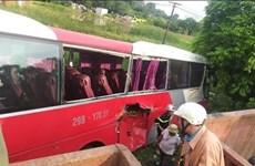 Hà Nội: Tàu hỏa va chạm với xe ôtô chở học sinh, 2 người bị thương