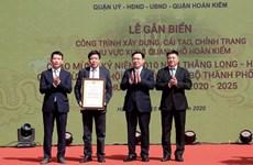 Gắn biển công trình chỉnh trang khu vực xung quanh hồ Hoàn Kiếm