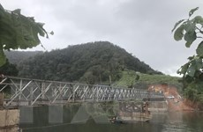 Kon Tum hoàn thành lắp đặt cầu thép nối đường vào xã Đăk Pne